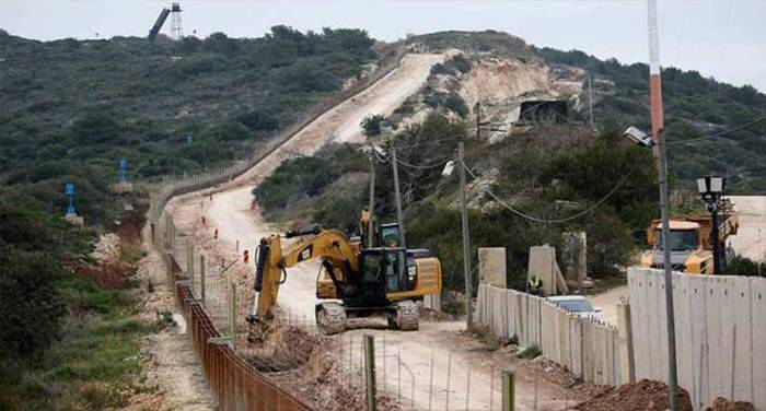 أعمال تركيب وصيانة لقوات العدو فوق الجدار الاسمنتي على طريق كفركلا عديسة