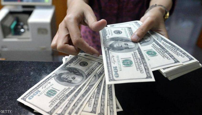 الدولار يتجه صوب تحقيق مكسب أسبوعي