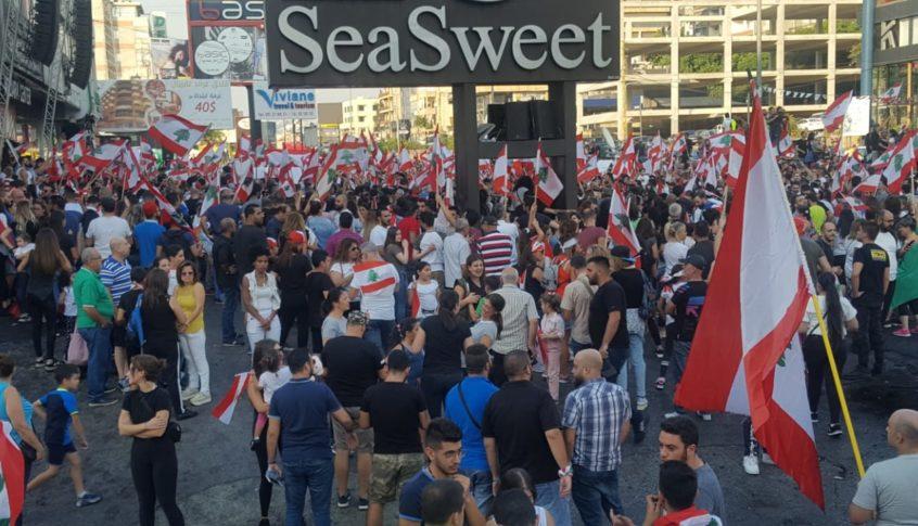 استمرار توافد المتظاهرين الى ساحة الاعتصام على اوتوستراد جونيه