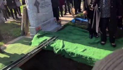 بالفيديو: أغنية وضحك هستيري في جنازة!