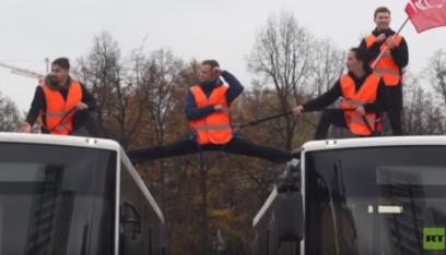 """بالفيديو: """"فان دام"""" الروسي يدهش الناس بعروض خطيرة!"""