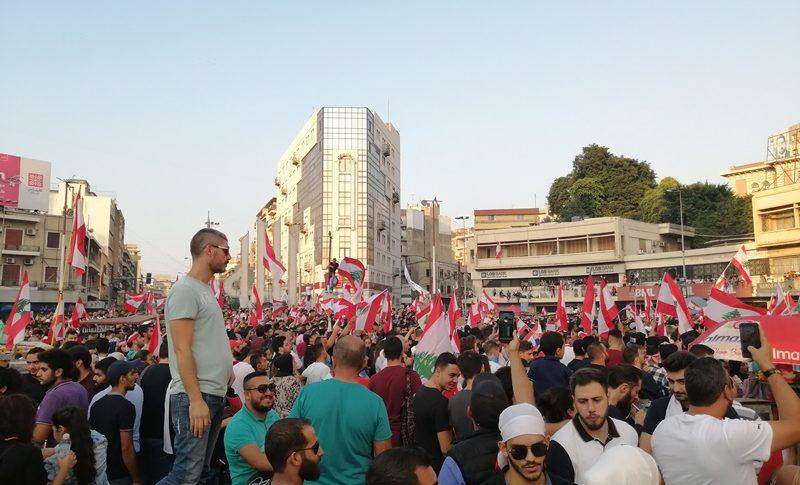 تمدد الحشود في ساحة النور الى 6 طرقات فرعية