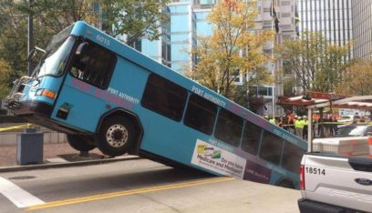 """بالفيديو: حفرة """"مفاجئة"""" تبتلع حافلة أثناء سيرها!"""