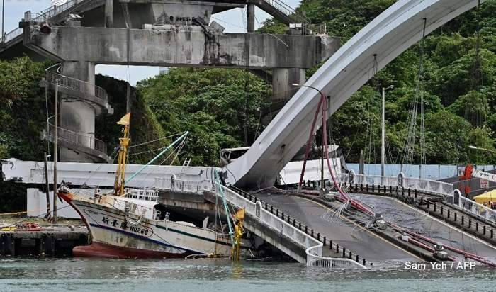 بالفيديو: انهيار مروع لجسر فوق قوارب في تايوان