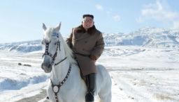 """بالصور: """"كيم جونغ-أون"""" على صهوة حصانه الأبيض في الجبال"""
