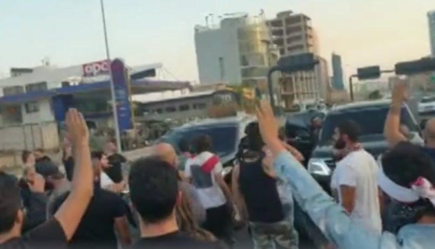 محتجون منعواً مسؤولاً من المرور على اوتوستراد جل الديب