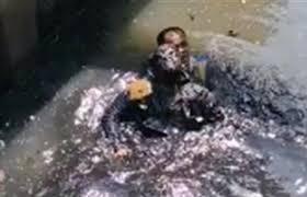 بالفيديو: إنقاذ رجل من الغرق في الصرف الصحي