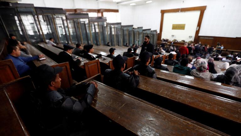 """جنايات القاهرة تؤجل محاكمة 11 متهما بينهم قيادات """"الإخوان"""" الهاربين"""