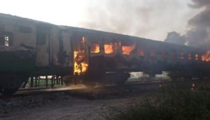 """بالفيديو: النيران تلتهم قطارا في باكستان بسبب """"وجبة إفطار""""!"""