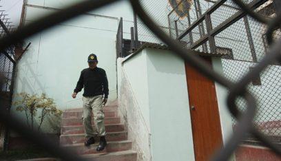 بالفيديو: سجناء يختطفون حارسهم ويحتجزونه