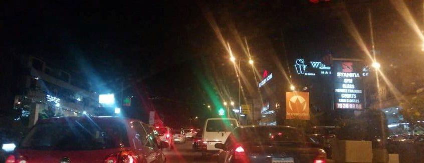 محتجون يقطعون اوتستراد عكار-طرابلس-بيروت