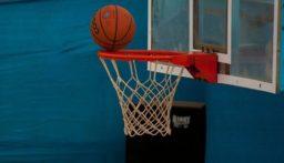بالفيديو: طالب يربح دراسة مجانية بعد رمية ثلاثية في كرة السلة