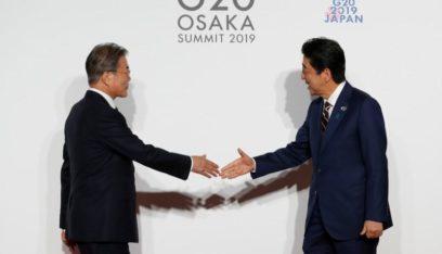 مون وآبي يؤيدان إجراء حوار لحل الخلاف بين كوريا الجنوبية واليابان