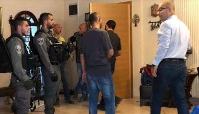 قوات العدو تعتقل وزير شؤون القدس وتعتدي عليه أمام عائلته
