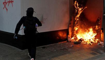 بالفيديو: هونغ كونغ.. محتج يحرق بدم بارد رجلاً خالفه في السياسة!