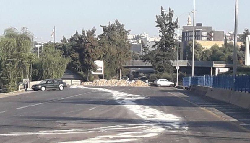 المتظاهرون استقدموا الخيم ومكبرات الصوت الى مكان الاعتصام على أوتوستراد جبيل