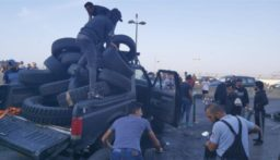المتظاهرون يعملون على قطع طريق المطار ويستحضرون المزيد من الإطارات لإشعالها
