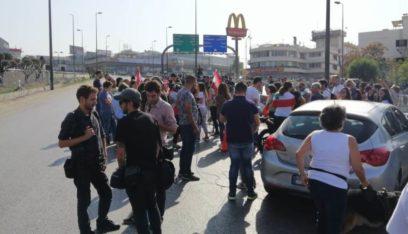 تدافع بين المحتجين على طريق القصر الجمهوري والجيش في محاولة لازالة الحواجز