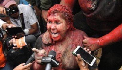"""بالفيديو: حلقوا شعرها و""""لوّنوها"""".. عقاب مهين لعمدة مدينة بوليفية!"""