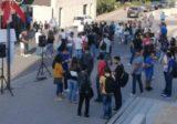 طلاب يتجمعون رافعين الأعلام داخل حرم جامعة البلمند في الكورة