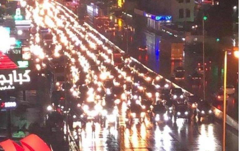 مواكب سيارة للمتظاهرين انطلقت من بيروت وتجوب أوتوستراد المتن الساحلي