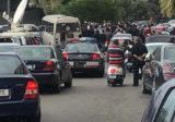 سائقون عموميون قطعوا الطريق تحت جسر الكولا رفضاً لاضراب محطات الوقود