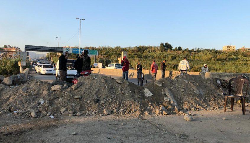 قطع مدخل محافظة عكار عند نقطة جسر البارد بالسواتر الترابية