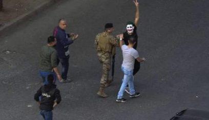 الجيش أطلق الشاب الذي رفع في صيدا لافتة مسيئة للرؤساء الثلاث