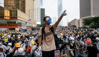 صدامات بين آلاف المتظاهرين وشرطة مكافحة الشغب في هونغ كونغ