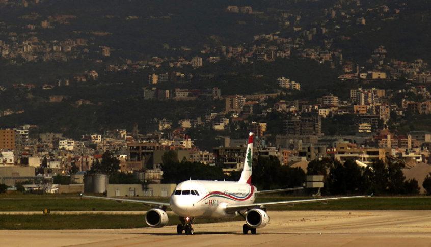 وصول الطائرة الايطالية الى المطار وفريق طبي متخصص من وزارة الصحة يجري المعاينات الطبية اللازمة للركاب والطاقم
