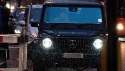 """بالصورة: """"بيكهام"""" داخل سيارته في موقف لا يليق به!"""