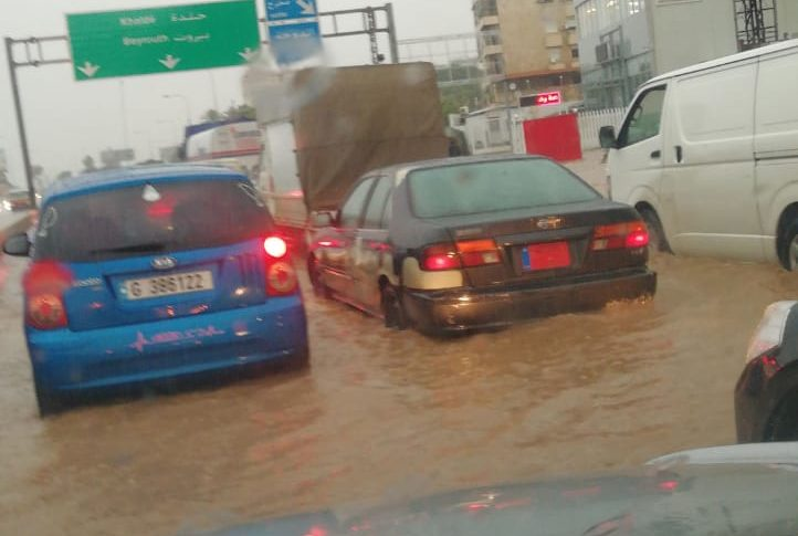 زحمة سير على أوتوستراد خلدة بسبب تجمع مياه الأمطار والعالقون يناشدون فتح الطريق
