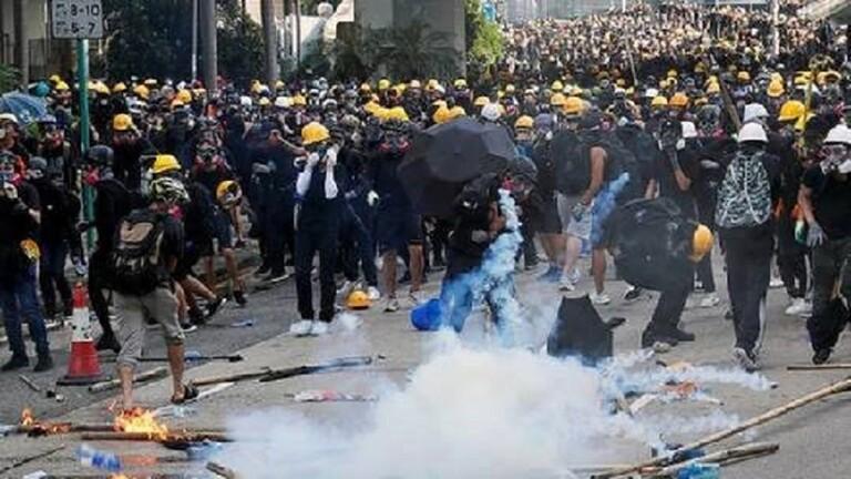 محتجو هونغ كونغ يرشقون مباني حكومية بقنابل حارقة