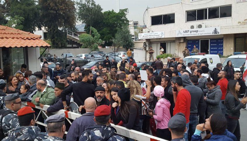 المتظاهرون أمام سراي جونيه تبلغوا أن الشبان الـ 4 سيتم إطلاقهم الليلة