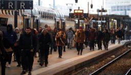"""فرنسا.. دعوة لتعليق إضراب النقل """"خلال الكريسماس"""""""