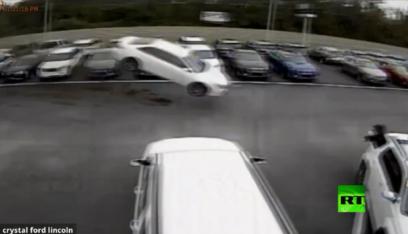 """بالفيديو: سيارة تطير 42 متراً وتتحطم في """"معرض سيارات""""!"""