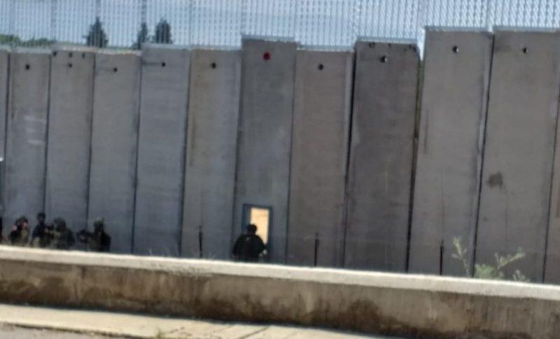 العدو فتح البوابة الحديدية في الجدار الاسمنتي قبالة طريق عام عديسة