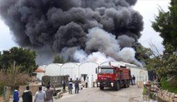 """بالصور: إهماد النيران داخل مستودعات """"exotica"""" في الزوق"""