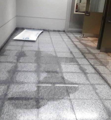 تسرب المياه إلى مكاتب داخل المطار وصالتي الوصول والمغادرة