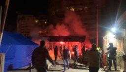 """بالفيديو: إحراق """"خيمة الملتقى"""" في ساحة الشهداء"""