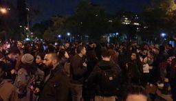 تجمع لعدد من المتظاهرين امام وزارة الداخلية