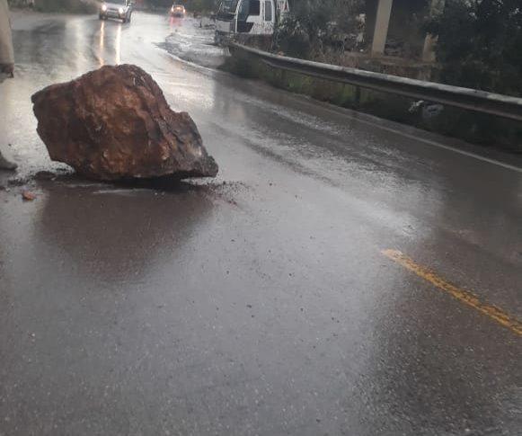 وقوع صخره على طريق عام قبعيت