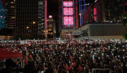 آلاف المحتجين في هونغ كونغ يتجمعون استعداداً لمسيرة ضخمة