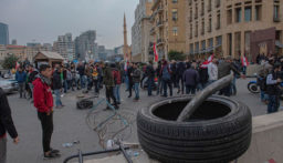 اعتصام لأصحاب المؤسسات التجارية في ساحة الشهداء احتجاجا على تردي الاوضاع
