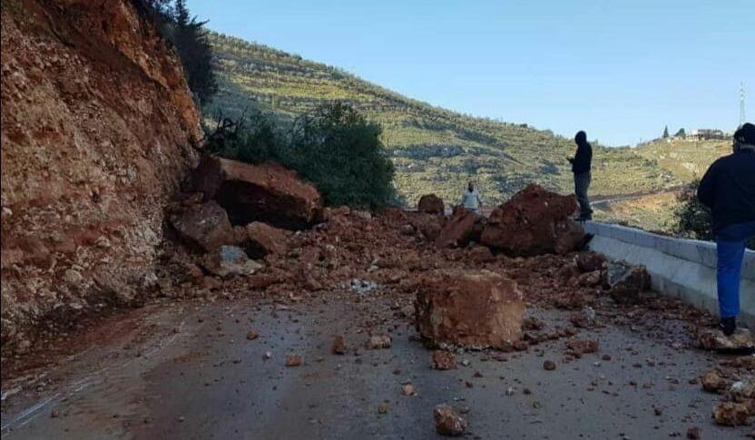 إنهيار صخري يقطع طريق عزقي ـ عيون السمك في الضنية