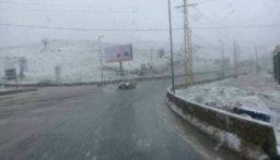 التحكم المروري: نطلب من السائقين القيادة بحذر بسبب الضباب الكثيف على طريق ضهر البيدر