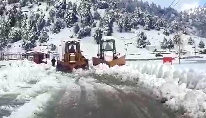 الجرافات تعمل على فتح الطرق المقطوعة بالثلج في عكار