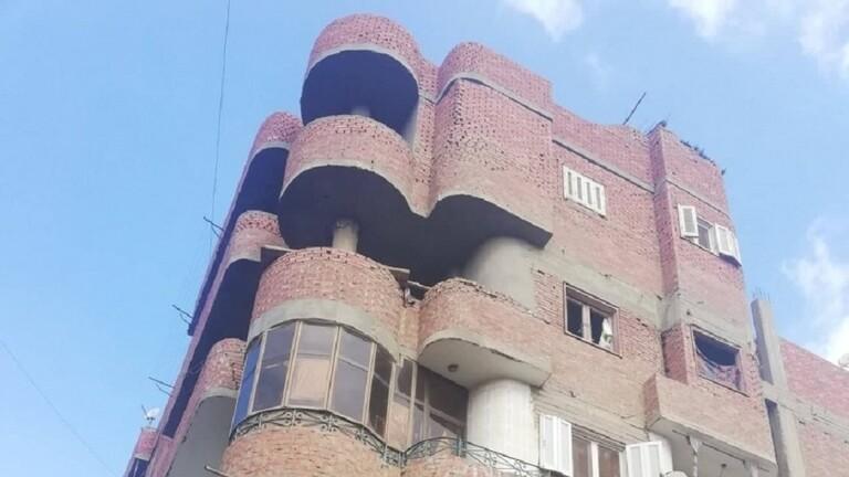 جريمة بشعة تهز مصر.. أم تلقي طفلتيها من الشرفة!