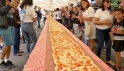 بيتزا عملاقة في أستراليا… دعماً لفرق إطفاء الحرائق