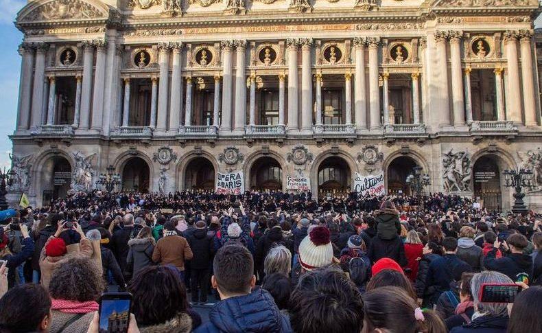 احتجاجاً على نظام التقاعد: طرد ماكرون وزوجته من مسرح في فرنسا